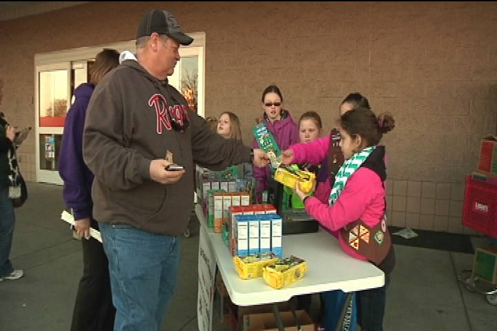 girl scouts sell cookies_152697