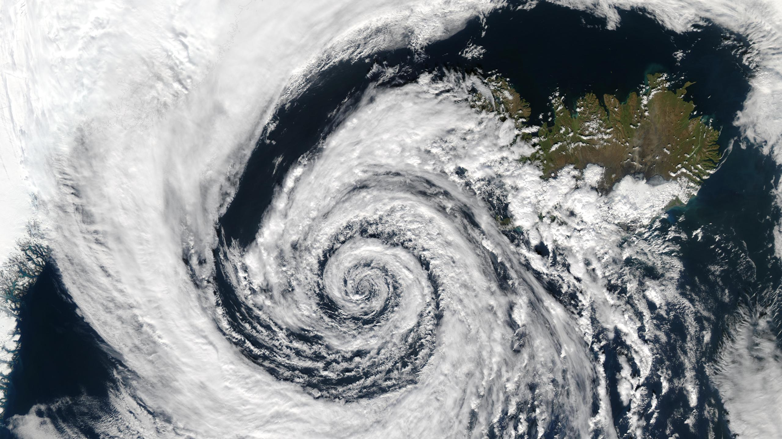 Low_pressure_system_over_Iceland_163773